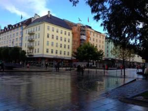 Regntugn Bergen, men blå himmel